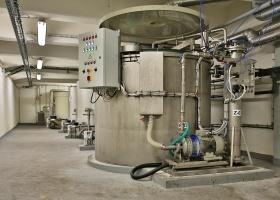 Pohled na sestavu reaktorů a filtrů.