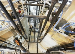 Potrubní propojení reaktorů s další technologií.
